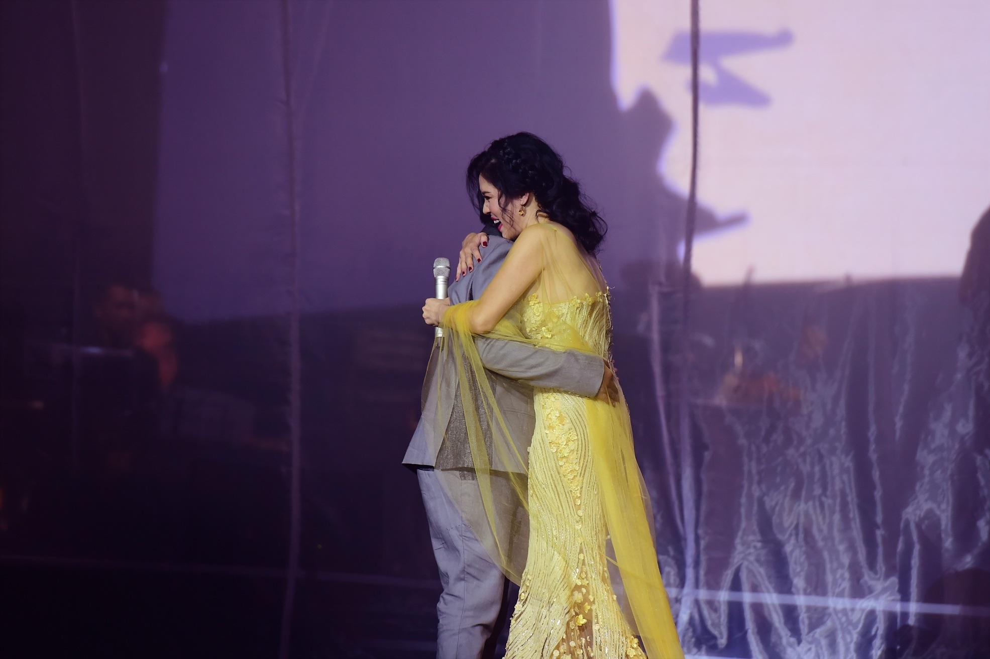 2 cái ôm của nhạc sĩ Việt Anh khiến nữ ca sĩ không hài lòng. Cô đã dành một cái ôm thật thắm thiết cho người đàn ông trong âm nhạc của mình.