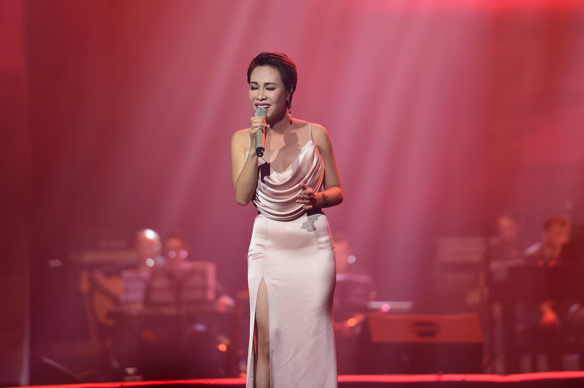 Uyên Linh vẫn cuốn hút bởi giọng hát  quyến rũ, lả lơi trong âm nhạc