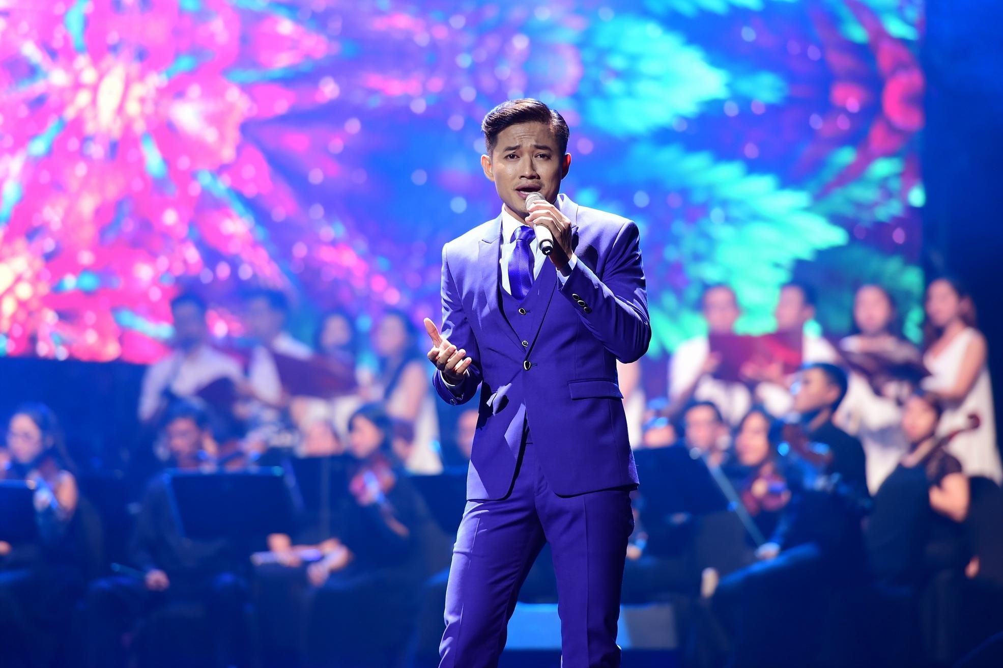 Diễn viên Quý Bình cũng gây bất ngờ khi lần đầu đứng trên sân khấu của đêm nhạc đặc biệt này.