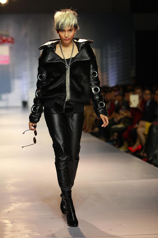 Với bộ đồ da đen bóng cực chất, mái tóc ngắn nhuộm trắng vô cùng ấn tượng cùng phong cách biểu diễn mạnh mẽ và nam tính, Trương Thị May đã hoàn toàn lột xác để trở thành một mỹ nam thực thụ trong đêm diễn.