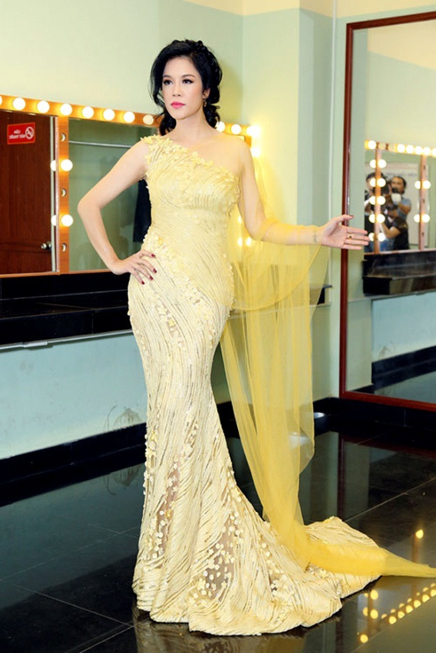 Bộ váy Thu Phương sử dụng trong liveshow nhạc sĩ Việt Anh mang đến sự nhẹ nhàng, tinh tế với phần vải voan mềm mại ở phía sau. Thiết kế còn khéo léo khoe được phần vai và chiều cao của nữ ca sĩ.