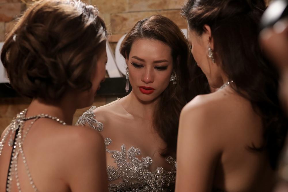 Cả team Hồ Ngọc Hà khóc nức nở khi phải chia tay thí sinh đầu tiên trong 4 người từ khi vào nhà chung đến nay.