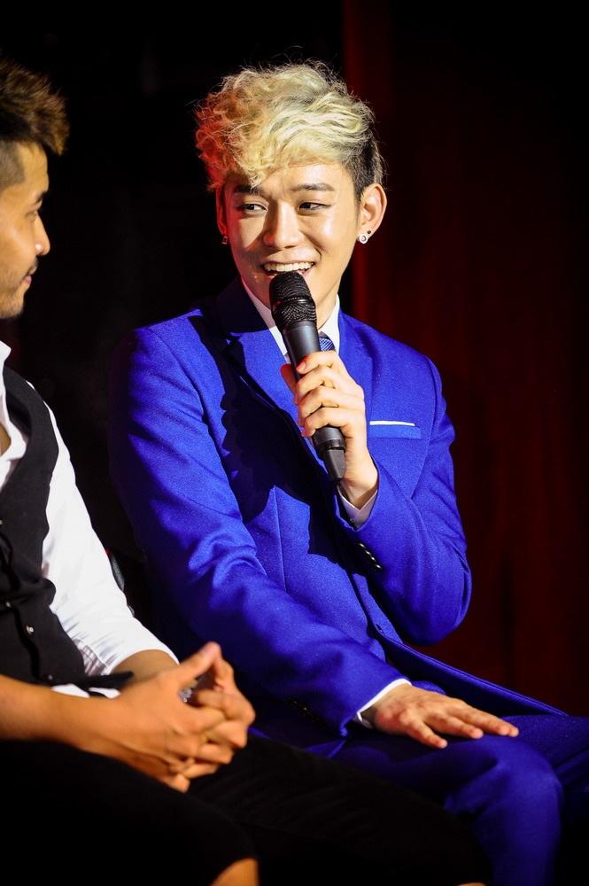 Jis sở hữu ngoại hình đẹp, giọng hát lẫn phong cách đậm chất Kpop và anh thông thạo 3 ngôn ngữ Hàn Quốc, tiếng Anh và tiếng Việt, dù chỉ mới đến Việt Nam một thời gian ngắn.