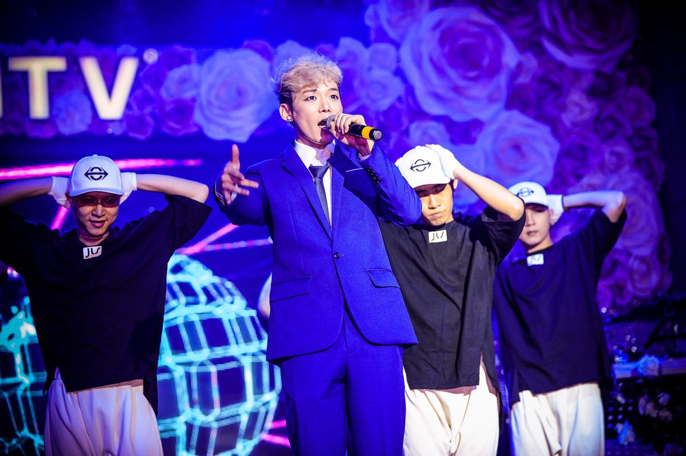 """Jis cho biết: """"Hot & Good được Jis thực hiện với 2 phiên bản mà vốn dĩ tất cả các nghệ sĩ Hàn khác đều luôn làm đó là dance version và drama. Vì đây là sản phẩm thử nghiệm đầu tiên của JIS mang đến các bạn khán giả đã yêu thương khích lệ JIS mạnh dạn thử sức trong thị trường nhạc Việt, nên JIS muốn nó tươi trẻ, vui nhộn dễ nghe và cũng dễ thương như chính cá tính của JIS""""."""