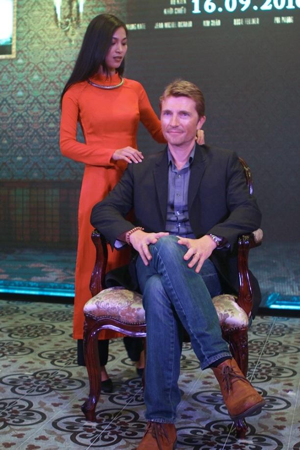 Nhung Kate và bạn diễn ngoại quốc có nhiều cảnh nóng xuyên suốt bộ phim.