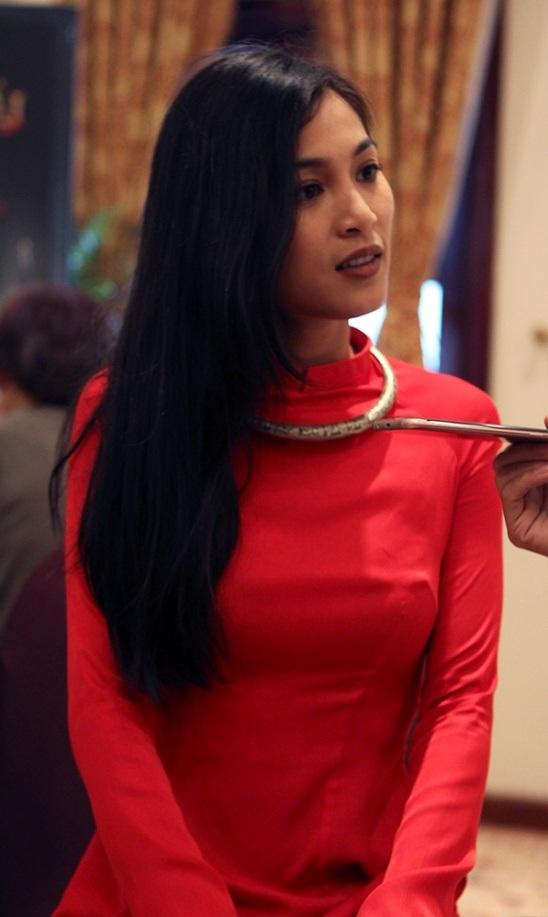 Nhung Kate có nét đẹp nhẹ nhàng của con gái Hà Nội, chính vì vậy, nhiều người đã nghĩ rằng cô không hợp với sự gai góc của bạn trai.