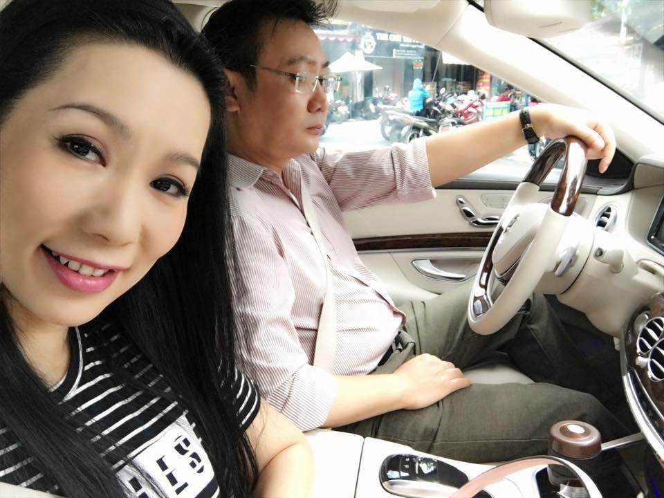 Trịnh Kim Chi hạnh phúc tạo dáng bên món quà sinh nhật khủng từ chồng.