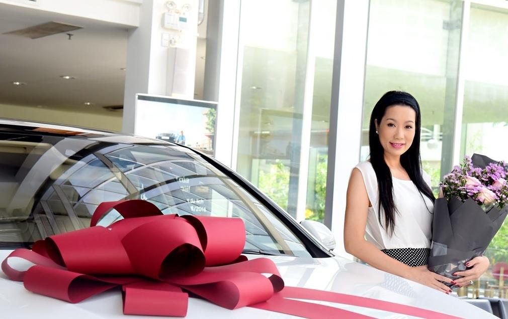 Trịnh Kim Chi hạnh phúc không chỉ nhận được món quà đắt tiền này mà còn là sự lãng mạn với bó hoa lớn màu tím cũng như hiểu được tình cảm của ông xã dành cho mình.