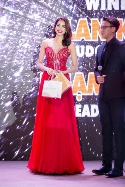 Người đẹp rất hạnh phúc vì chiến thắng có phần bất ngờ này.