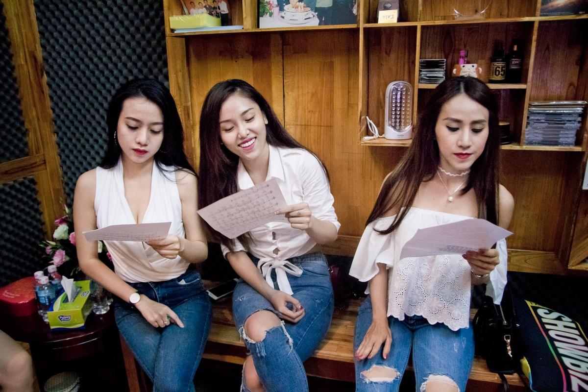 Trấn Thành tận tình hướng dẫn bạn gái Hari Won trong phòng thu - 9