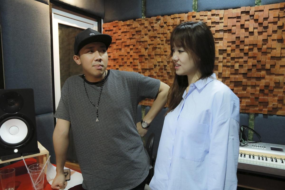 Trấn Thành tận tình hướng dẫn bạn gái Hari Won trong phòng thu - 1
