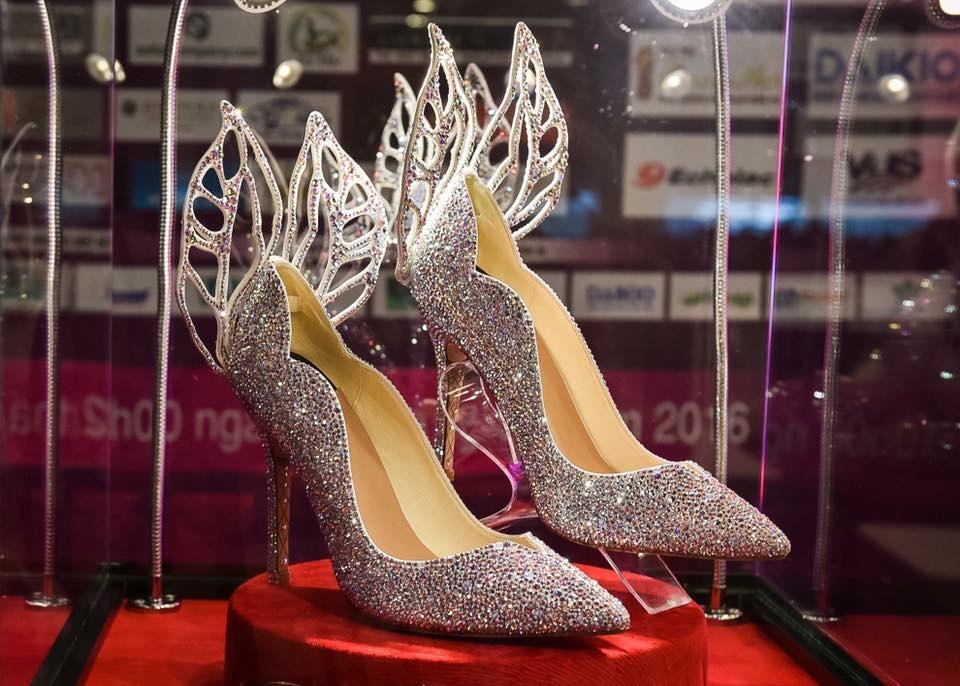 Đôi giày khá đặc biệt dành cho hoa hậu Việt Nam 2016