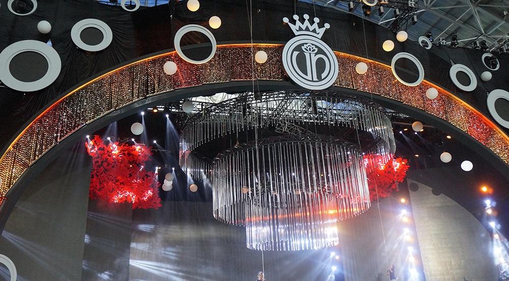 """Tên gọi """"Ngọc Viễn Đông"""" đánh dấu sự trở lại với địa điểm tổ chức TPHCM sau 14 năm của Hoa hậu Việt Nam. Từ ý tưởng đó, Tổng đạo diễn Hoàng Nhật Nam cho thiết kế sân khấu dựa trên đường tròn tượng trưng cho sự viên mãn, cũng là mô phỏng đường nét của những viên ngọc."""