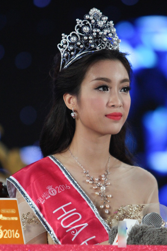 Đỗ Mỹ Linh sinh năm 1996 tại Hà Nội. Cô sở hữu chiều cao 1m71, nặng 52kg và số đo 3 vòng 87-61-94.