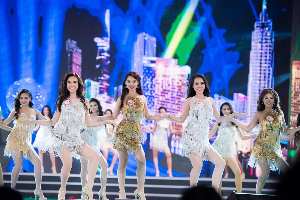 Top 30 thí sinh có mặt trong đêm tôn vinh nhan sắc Việt đã có phần đồng diễn hoành tráng để mở màn chương trình cũng là một trong những ấn tượng của đêm chung kết Hoa hậu Việt Nam
