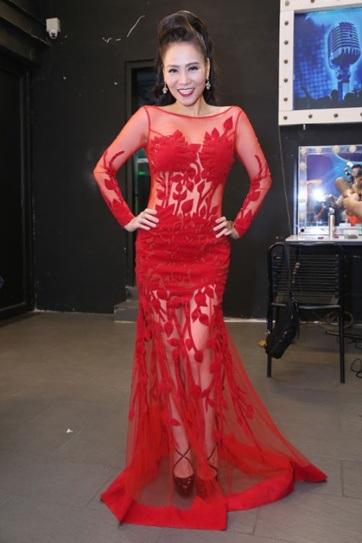 Thu Minh đẹp mặn mà trong bộ váy xuyên thấu mà đỏ. Thiết kế tay dài, họa tiết thiên nhiên sang trọng kết hợp với phần vải xuyên thấu khiến người đẹp trông sexy nhưng vẫn rất chừng mực.