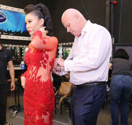 """Sau scandal bị tố nợ nần, Thu Minh và chồng vẫn tự tin xuất hiện trước truyền thông. Ông xã Thu Minh rất chăm chút cho cô và cũng """"góp một phần"""" đưa Thu Minh vào top sao mặc đẹp tuần này."""