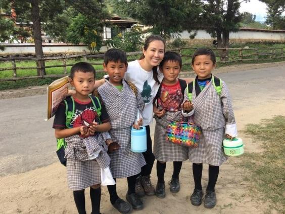 Hoa hậu Thu Hoài tham gia nhiều hoạt động như leo núi, thử các món ăn địa phương, phát quà cho trẻ em,… tại Bhutan.
