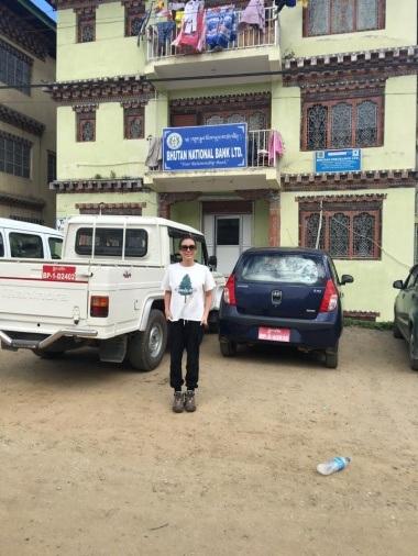 """""""Và đây, Hoài đi ngân hàng Bhutan national đổi tiền, đường đi xuống phải tránh mấy đống phân bò."""" - cô hài hước kể về """"hành trình"""" đổi tiền Bhutan của bản thân."""