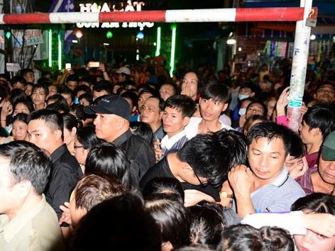 Khán giả nghe thông tin về đêm nhạc đã đến xem khiến đoạn đường Cách Mạng Tháng 8 và 2 con đường dẫn vào nhà Minh Thuận kẹt cứng, ùn tắc giao thông nghiêm trọng.