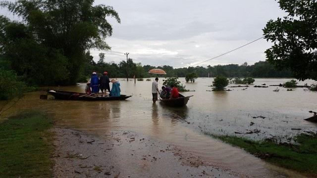 Nhiều đoạn đường tại xã Phương Điền, Phương Mỹ (huyện Hương Khê) bị ngập lụt