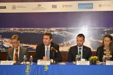 Ông Peter Collier MLC - Bộ trưởng Bộ Giáo dục Đào tạo Tiểu Bang Tây Úc cùng với 5 trường ĐH trao đổi với báo chí về các chương trình học bổng