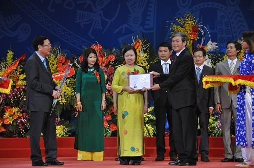 GS Lê Thị Thanh Nhàn nhận giấy chứng nhận đạt tiêu chuẩn chức danh ngày 12/11