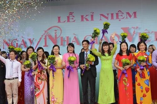 Cô Nguyễn Thị Nhiếp cùng với các đồng nghiệp đón nhận những bó hoa giản dị của học trò