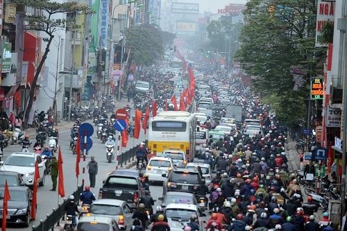 Hàng loạt tuyến phố ở Hà Nội ùn tắc kéo dài từ trưa.