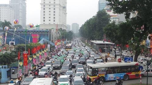 Và những nút trọng điểm không có cảnh sát giao thông phân luồng thì tình hình càng trở nên tồi tệ. Trong ảnh là dòng xe xếp hàng dài suốt phố Giảng Võ trong nhiều giờ.