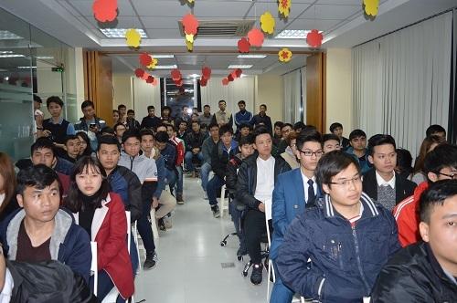 Đông đảo các bạn trẻ thuộc nhóm cộng đồng phát triển Google ở Hà Nội và sinh viên công nghệ thông tin tham gia trao đổi với Nguyễn Thành Nhân