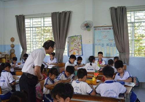 Thầy Đặng Tự Ân theo dõi một tiết học mô hình VNEN ở trường tiểu học Tân Thông (huyện Củ Chi, TPHCM)
