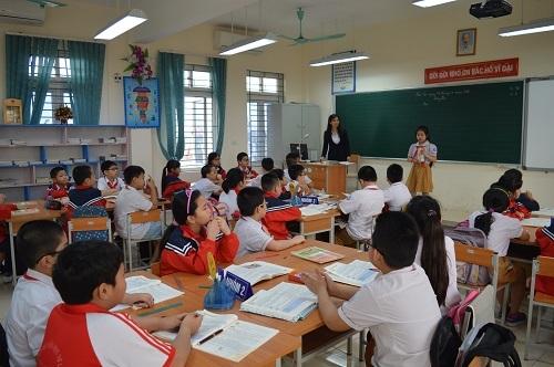Nhiều giáo viên vẫn còn lúng túng khi thực hiện khi chưa thực sự hiểu về mô hình VNEN. Trong ảnh: Giáo viên tổ chức hoạt động cả lớp khi học sinh chưa làm việc cá nhân