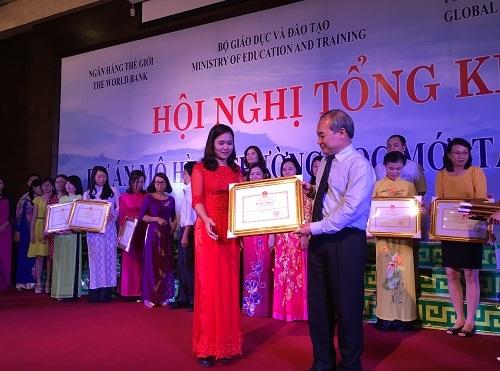 Thứ trưởng Nguyễn Vinh Hiển trao tặng bằng khen cho các tập thể, cá nhân có thành tích xuất sắc trong triển khai thực hiện Dự án VNEN.