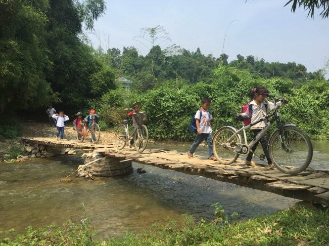 Hằng ngày, học sinh ở bản Tý, bản Khuổi Dạc, xã Thanh Mai, huyện Chợ Mới (Bắc Kạn) vẫn phải qua suối trên cây cầu gỗ ọp ẹp này