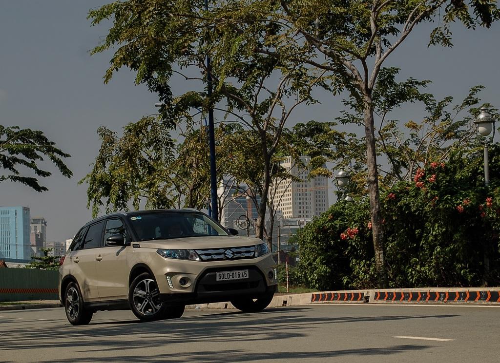 Suzuki Vitara 2015 thiết kế đặc trưng dòng Vitara hòa lẫn với dòng Jimny SUV mang phong cách thể thao, sành điệu