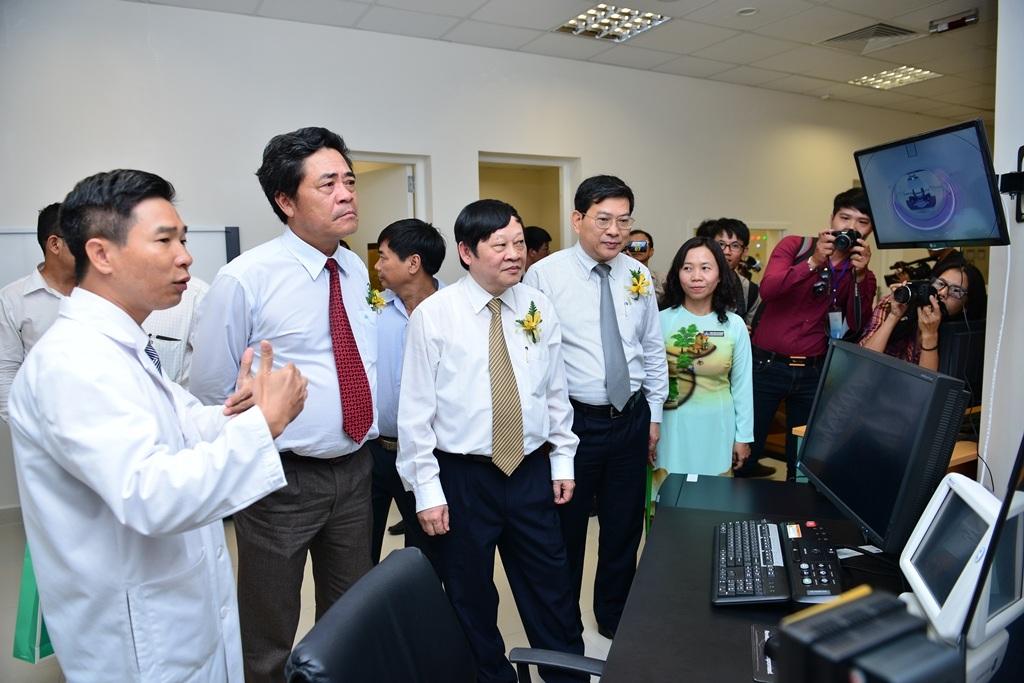Hoạt động khám chữa bệnh theo dõi qua hệ thống màn hình hiện đại tại Vinmec Nha Trang