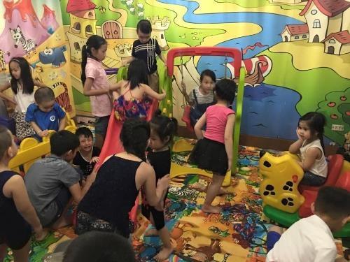 Quán lẩu có cả khu vui chơi cho trẻ em.