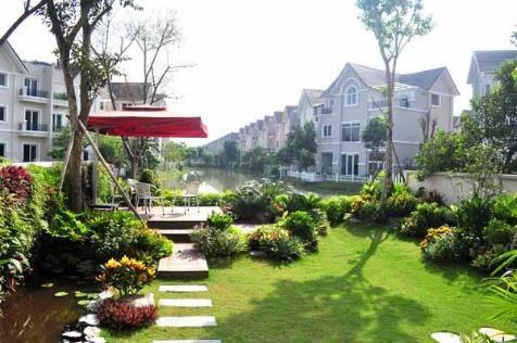Không gian sân vườn xanh mát ven sông là nơi thư giãn và tổ chức các bữa ăn tối ấm cúng cho đại gia đình