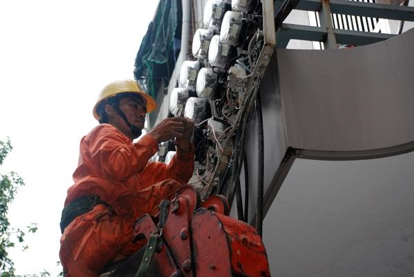 Đến 15h40 Công nhân Công ty Điện lực Đống Đa đang khẩn truơng khắc phục sự cố để cấp điện lại phục vụ Quý khách hàng