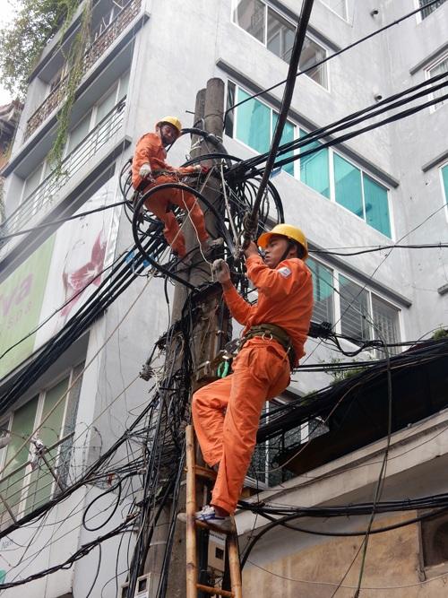 Trên tuyến phố Lò Đúc, công nhân Công ty Điện lực Hai Bà Trưng không quản ngại mưa to, gió lớn gia cố lại đường trục cấp điện lại phục vụ Quý khách hàng - Ảnh chụp lúc 16h20 ngày 28/7/2016
