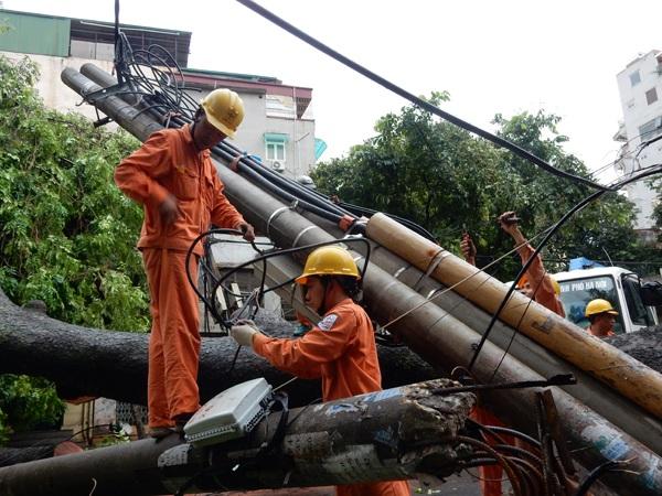 Đến 17h30 Ngày 28/7/2016 mặc cây đổ chưa được chặt hạ nhưng anh em công nhân Công ty Điện lực Hai Bà Trưng đã khẩn trương tháo dỡ thu dọn để tiến hành dựng lại cột mới - Ảnh chụp trên Phố Trần Xuân Soạn