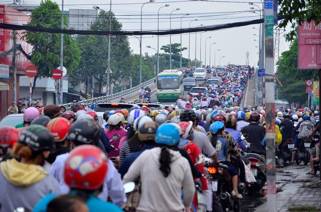 Cửa ngõ phía Nam TPHCM cũng xảy ra kẹt xe nghiêm trọng vào sáng nay (trong ảnh hàng ngàn phương tiện xếp hàng dài trên đường Phạm Hùng hướng lên cầu Chánh Hưng sáng 14/9)