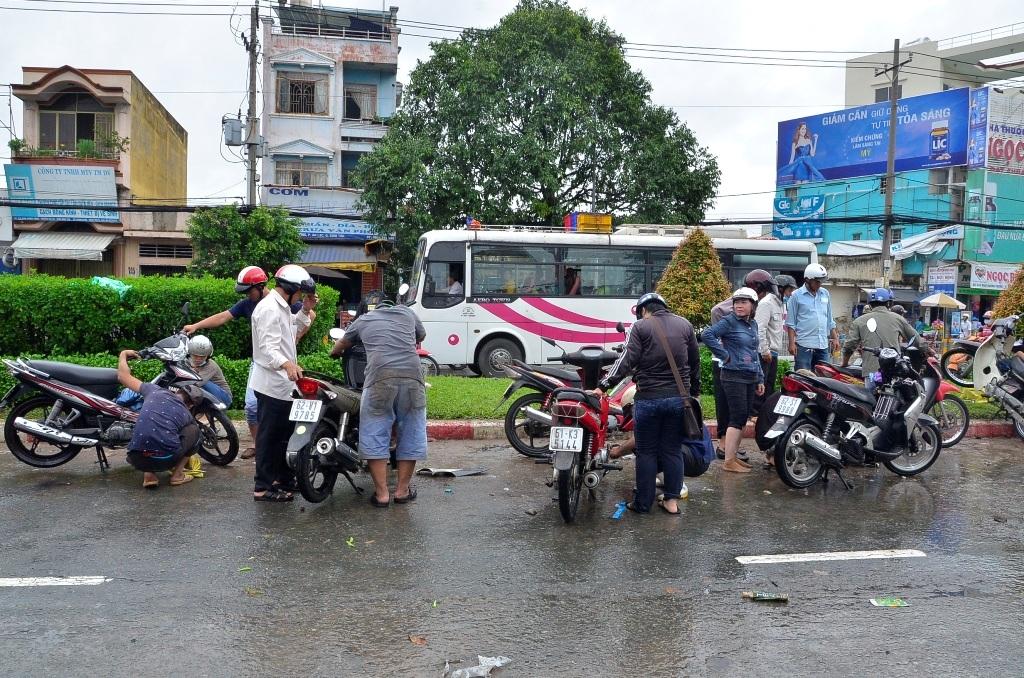 Đội quân lau chùi bugi tỏa khắp đường Kinh Dương Vương để hoạt động