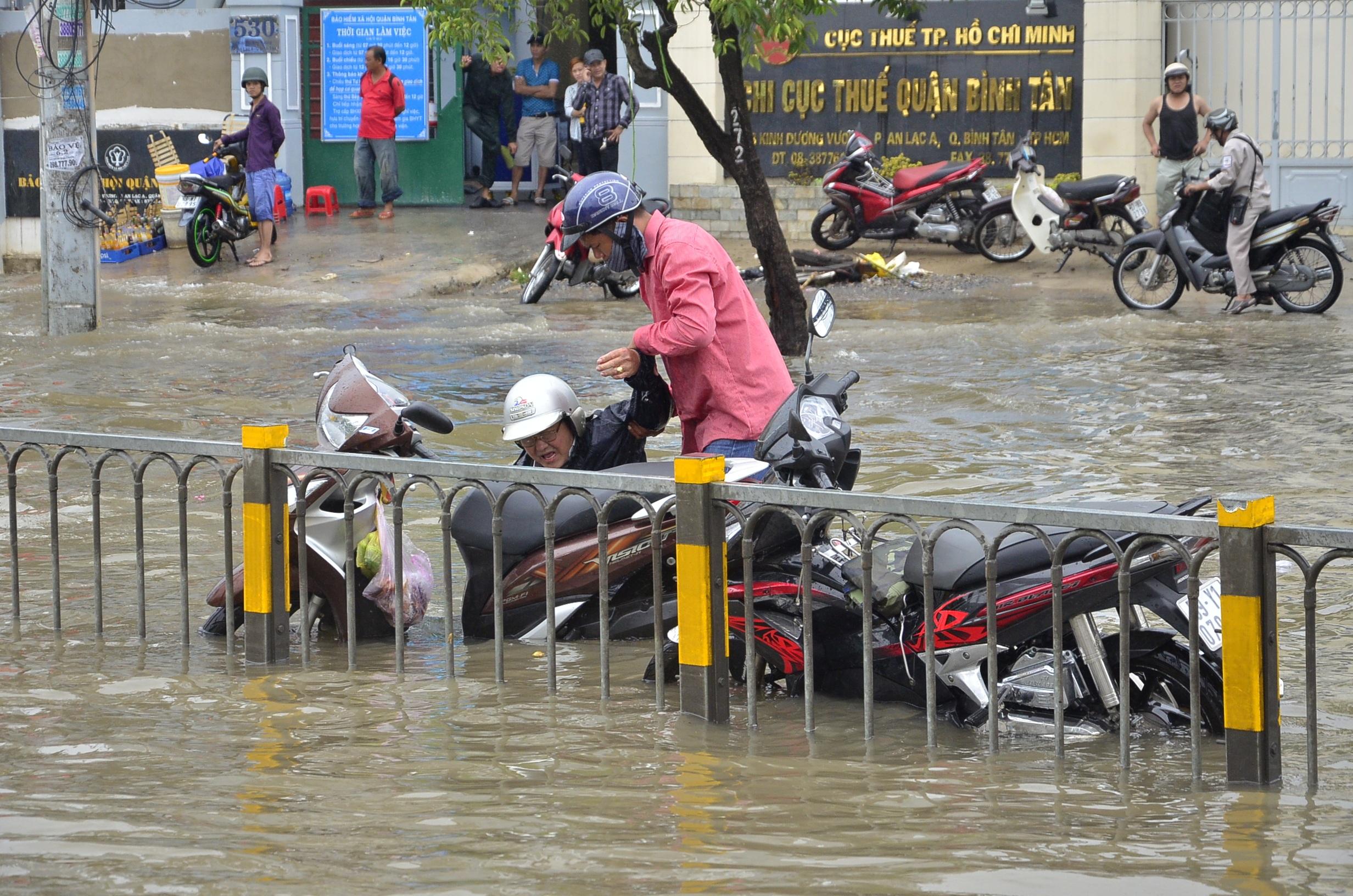 Nhiều người bị té ngã do đường ngập