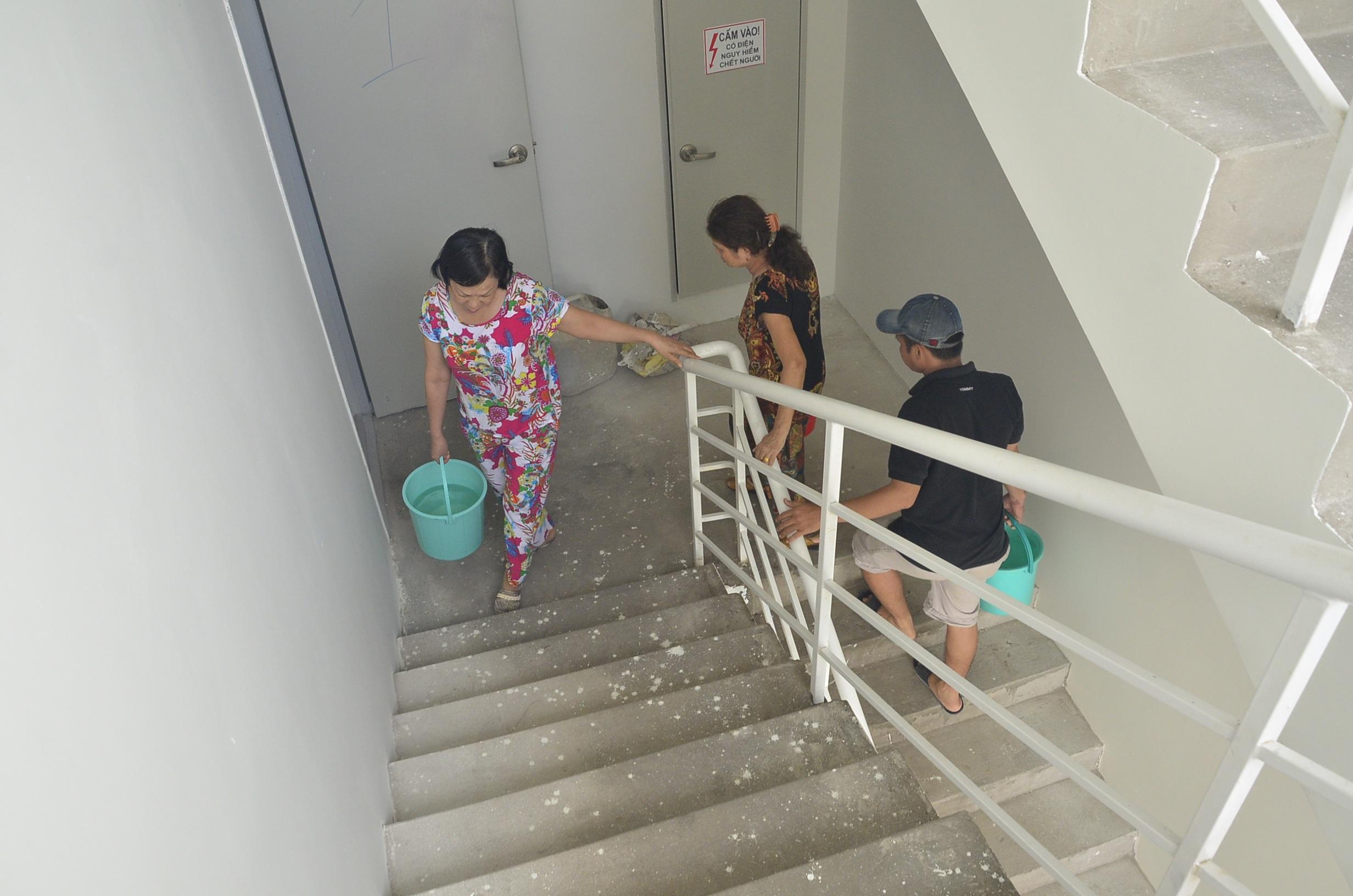 Các hộ dân trong chung cư phải xách từng xô nước từ tầng 1 lên các tầng cao để tắm rửa, dội toilet