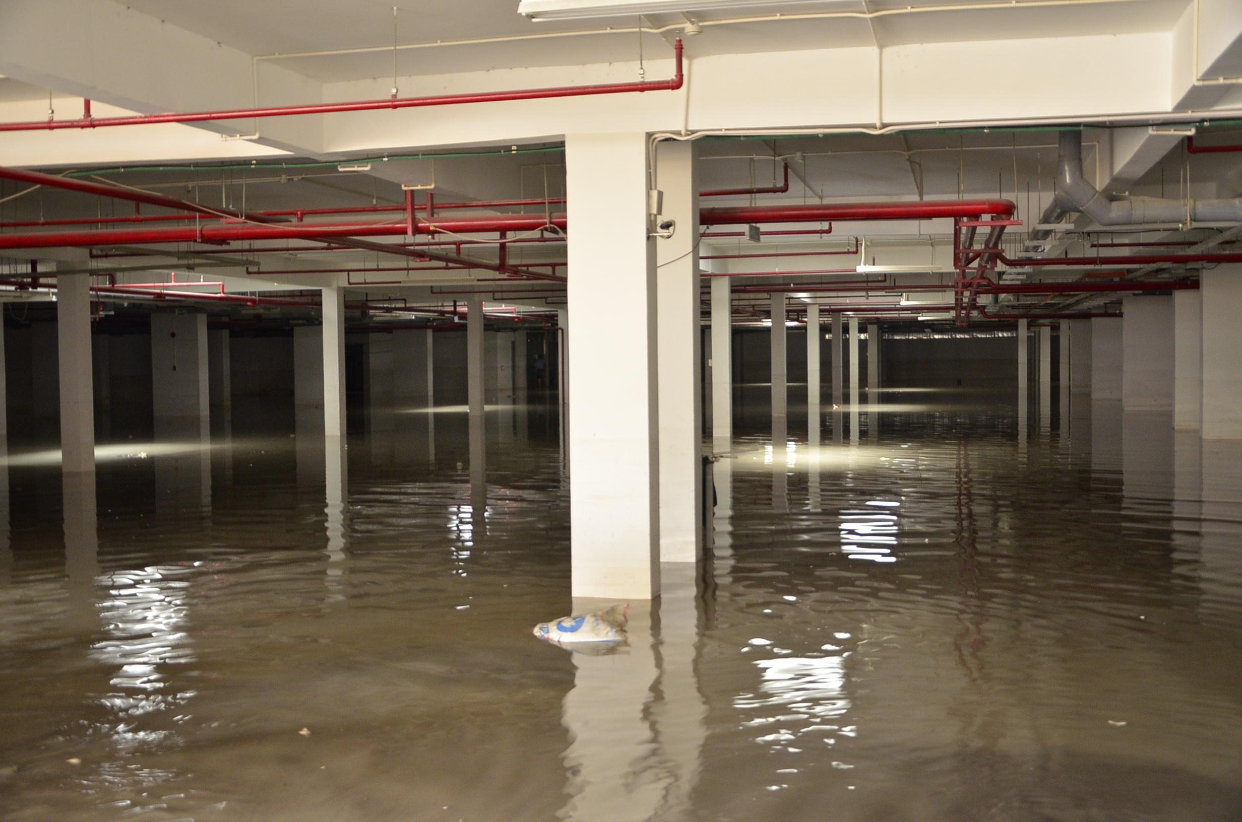 Đến chiều nay 17/9, nước trong hầm vẫn còn ngập sâu