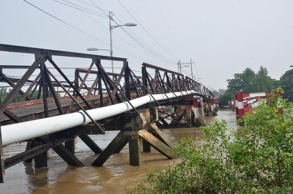 Cầu Long Kiển (nối xã Nhơn Đức với xã Phước Kiển, huyện Nhà Bè, TPHCM) bị xà lan chở cát đâm vào gây hư hỏng