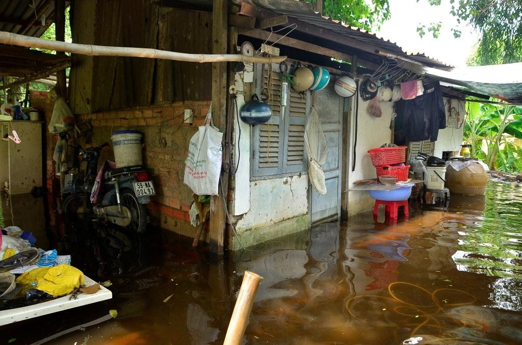 Căn nhà bị nước bao vây tứ phía