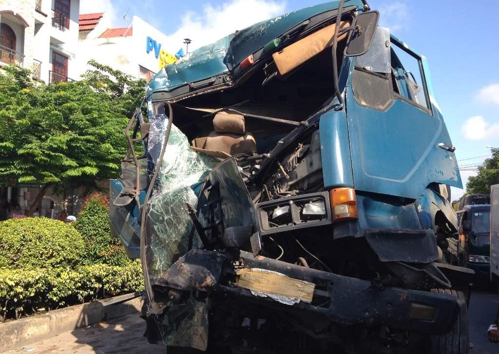 Đầu xe bồn nát bét, biến dạng nhưng may mắn tài xế chỉ bị thương nhẹ.